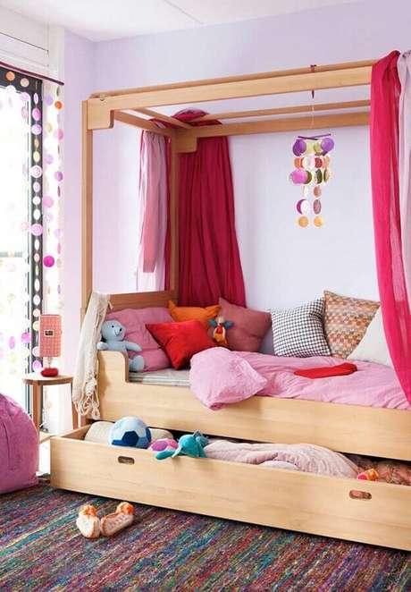 22. Decoração de quarto para criança com almofadas coloridas para cama – Foto: Pinterest