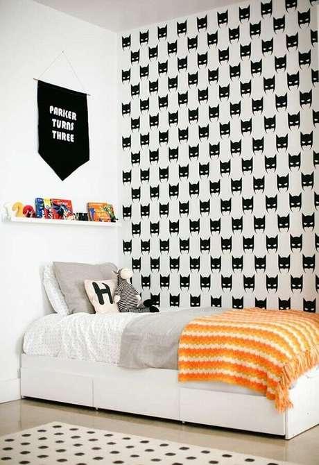 48. Decoração de quarto para criança preto e branco com papel de parede do Batman – Foto: Home Fashion Trend
