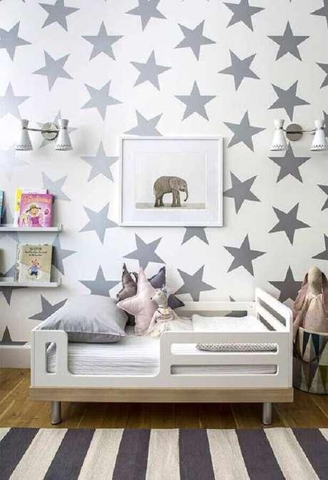 44. Papel de parede com estampa de estrelas prata para decoração de quarto para criança – Foto: Pinterest