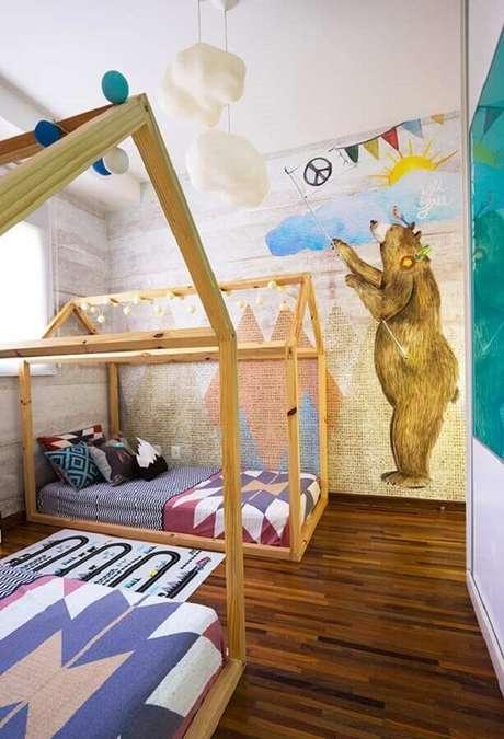 56. Papel de parede lúdico para decoração de quarto para criança com cama montessoriana – Foto: Pinterest