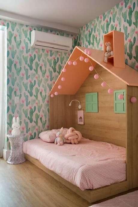 58. Cama casinha para decoração de quarto para criança menina com papel de parede de cactos – Foto: Casa de Valentina