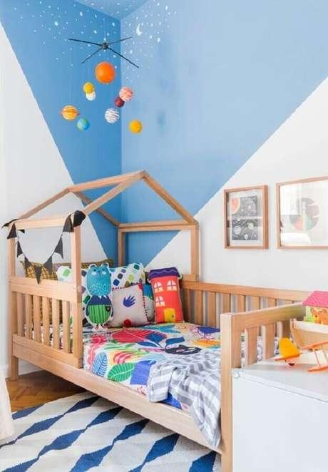 51. Decoração de quarto para criança azul e branco com cama casinha de madeira – Foto: MOOUI
