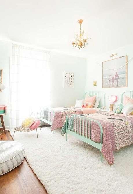 15. Decoração clean com camas verde água para quarto de criança branco – Foto: Pinterest