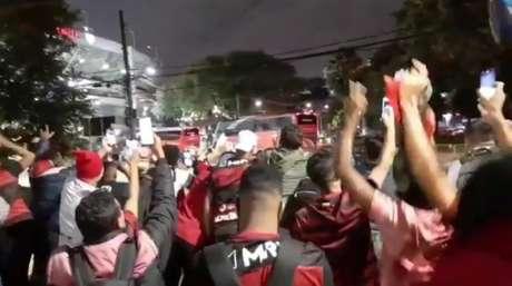 Ônibus do Flamengo chegou ao Morumbi com festa da torcida (Foto: Gabriel Santos)