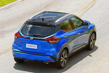 Traseira do Nissan Kicks ganhou um elemtno visual de une as duas lanternas, agora de led.