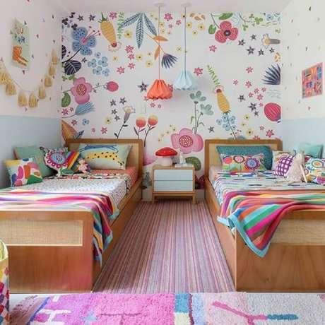 41. Decoração de quarto para criança menina com papel de parede floral colorido – Foto: MOOUI