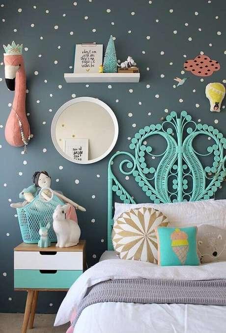 19. Papel de parede cinza com bolinhas brancas para decoração de quarto para criança – Foto: Futurist Architecture