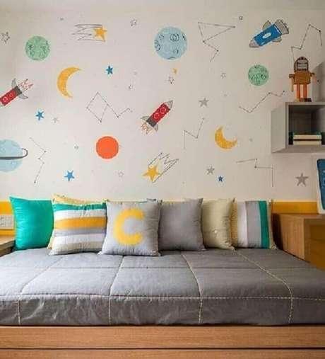 47. Papel de parede para quarto de criança com estampa de planetas e foguetes – Foto: Pinterest