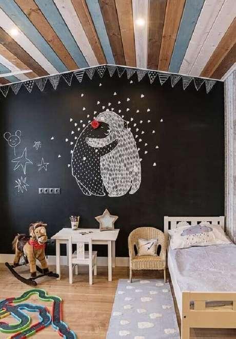 49. Parede preta de tinta lousa para decoração simples de quarto para criança – Foto: Pinterest
