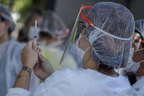 Idosos acima de 90 anos e profissionais de saúde são vacinados contra covid-19 em Guarulhos
