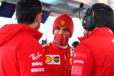 Carlos Sainz em conversa com engenheiros da Ferrari em Fiorano