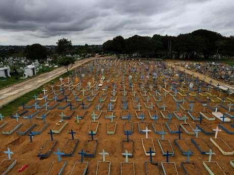 Vista aérea de cemitério Parque Tarumã, em Manaus 25/2/2021 Foto com drone. REUTERS/Bruno Kelly