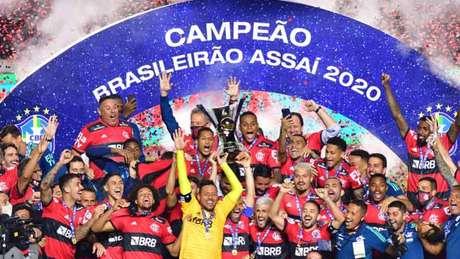 A taça do Brasileirão sendo levantada pelo time do Flamengo, no Morumbi (Foto: EDUARDO CARMIM/Photo Premium)