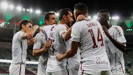 Fred comemora gol ao lado dos companheiros contra o Fortaleza (Foto: LUCAS MERÇON / FLUMINENSE F.C.)