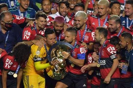 Jogadores levantam a taça do octa do Flamengo no Brasileirão (Foto: AFP)