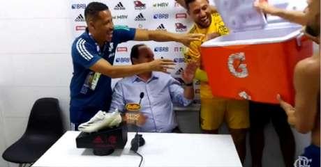 Ceni levou banho dos jogadores (Foto: Reprodução/Flamengo)