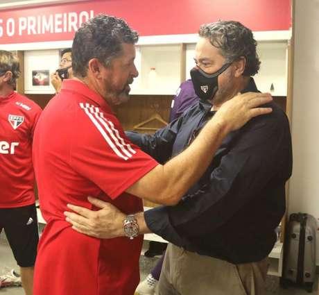 Casares cumprimentou Vizolli para agradecer o trabalho na reta final do Brasileirão (Foto: Reprodução/São Paulo)