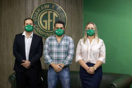 Diretores da Sicredi e Presidente do Guraini (centro) oficializaram a nova parceria (Foto: Carol Ferreira)