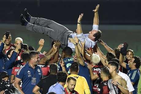Rogério Ceni é jogado para cima pelos jogadores do Flamengo