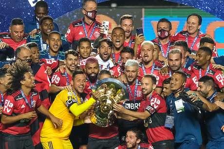 Jogadores do Flamengo levantam a taça de campeão brasileiro