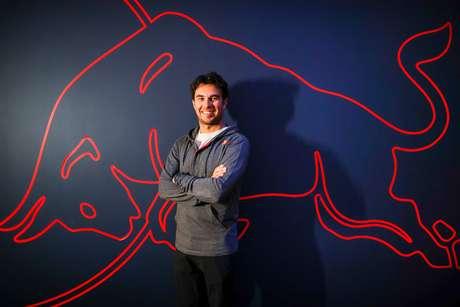 Sergio Pérez conhece a sede da Red Bull em Milton Keynes e posa em frente ao famoso touro vermelho