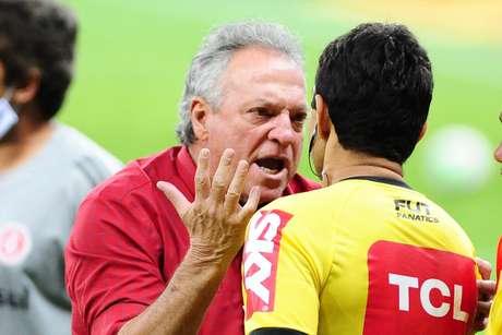 Abel Braga reclama com a arbitragem