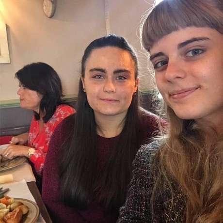 Kirstie (à direita) e Laura. No aniversário de 18 anos Laura não conseguiu comer seu bolo
