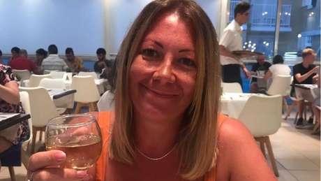 Clare Freer sofre de parosmia há sete meses e tudo tem um gosto nojento. Nesta foto, quando a comida e o vinho ainda eram agradáveis para ela