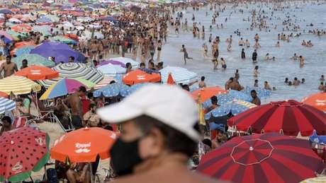 Brasil enfrenta o pior momento da pandemia ao contrário do resto do mundo