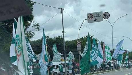 Torcedores se aglomeram para apoiar o Palmeiras antes de viagem a Porto Alegre.