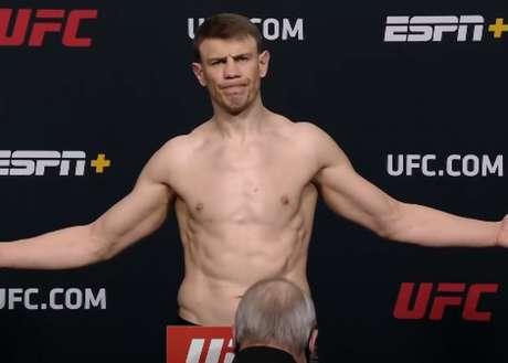 Após estourar o limite de peso na categoria dos meio-pesados, russo segue no card (Foto: Reprodução/YouTube/UFC)