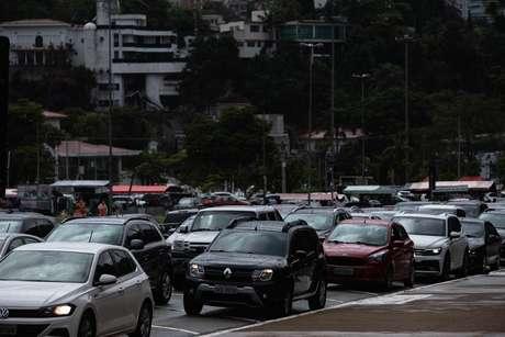 Grande fila de automóveis para a vacinação em estilo drive-thru é registrada na Praça Charles Miller, Estádio do Pacaembu