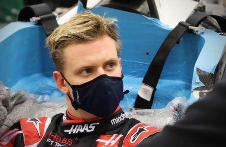 Mick Schumacher fez visita à fábrica da Haas para moldar o assento de 2021