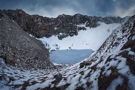 O lago Roopkund está localizado em uma encosta na cordilheira do Himalaia