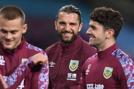 Jogadores do Burnley aquecendo antes de partida da Premier League (MICHAEL REGAN / POOL / AFP)