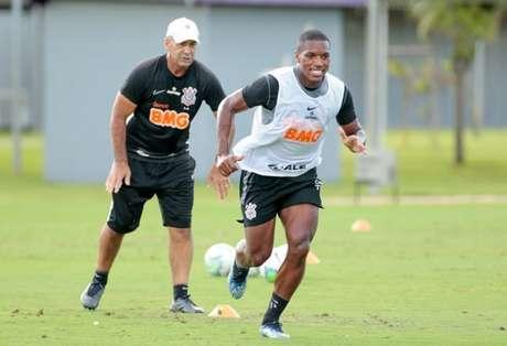 Flávio de Oliveira em treinamento do Corinthians com o volante Xavier (Foto: Rodrigo Coca/Ag. Corinthians)