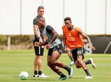 Mancini observa Xavier e Cauê, ambos da base e relacionados pra este domingo (Foto: Rodrigo Coca/Ag. Corinthians)