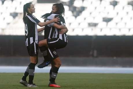 Jogadoras do Botafogo comemora gol contra o Pérolas Negras (Foto: Vitor Silva/BFR)