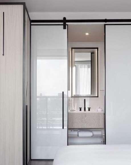 21. A porta de correr para quarto quando fechada esconde o banheiro com cuba esculpida. Fonte: Revista Viva Decora 2