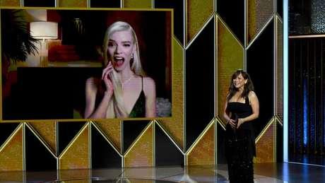 """Anya Taylor-Joy, 24, ganhou seu primeiro Globo de Ouro por sua atuação em """"O Gambito da Rainha"""""""