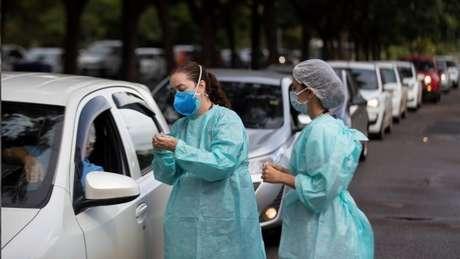 Houve relatos de longas filas e horas de espera pela vacinação país afora