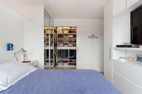 9. A porta de correr branca para quarto embutida otimiza o espaço no dormitório. Fonte: Kali Arquitetura