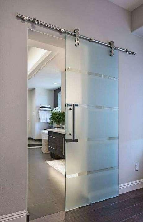 34. Modelo de porta de correr para quarto feita em vidro jateado. Fonte: Revista Viva Decora 2