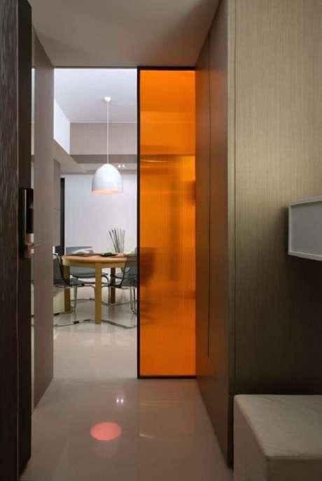 52. Traga um toque vibrante ao seu projeto incluindo uma porta de correr para quarto colorida. Fonte: Pinterest