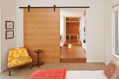5. Porta de correr de madeira para quarto com trilho aparente. Fonte: Revista Viva Decora 2