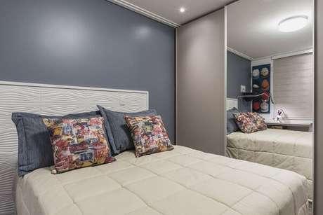 40. O guarda-roupa com porta de correr para quarto com espelho é perfeito para dormitórios pequenos. Fonte: Sandra Pompermayer