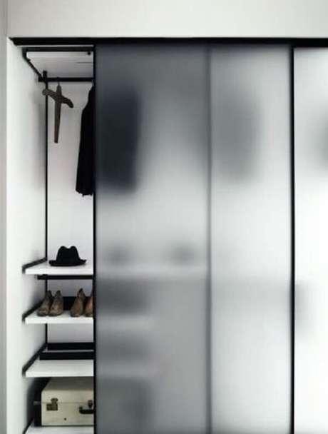 23. O guarda-roupa com porta de correr para quarto de vidro esconde parcialmente roupas e sapatos. Fonte: Pinterest