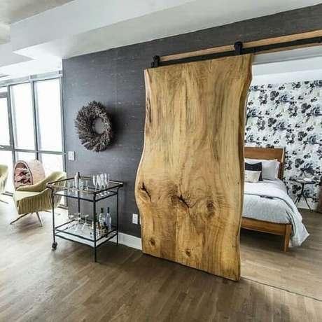 3. Modelo de porta de correr de madeira para quarto com design orgânico e assimétrico. Fonte: Revista Viva Decora 2