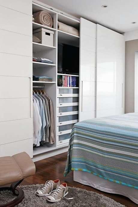 28. Cada espaço é precioso em um dormitório, por isso invista na porta de correr para quarto. Fonte: Pinterest
