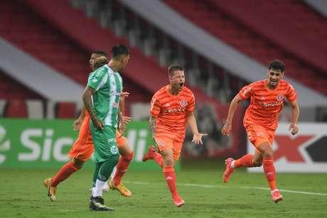 Jogarores do Inter comemoram o gol da vitória sobre o Juventude